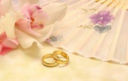 Blume mit Hochzeits-Bändern Stockfoto