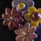 Blume reflektiert durch einen Tropfen Stockfotos