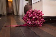 Blume und blaue Spitzee vom Strumpfband Brautblumenstrauß von roten Orchideen mit rotem Band Lizenzfreie Stockfotografie