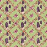 Blume und Feder winden nahtloses Muster mit grünem Hintergrund Stockfotografie