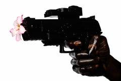 Blume und Gewehr gehalten eigenhändig befleckt mit Motoröl Lizenzfreies Stockfoto