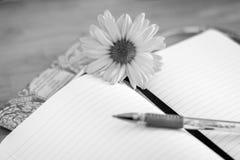 Blume und Notizbuch Stockfoto