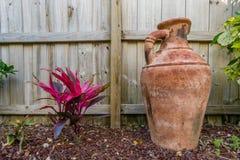 Blume und Vase in einem Garten Stockfoto