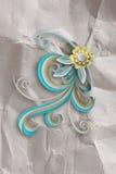 Blume und zerknittertes Papier Stockfoto