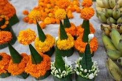 Blume verkauft für das Abwehren des Tempels Stockbild