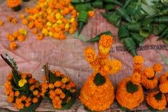Blume verkauft für das Abwehren des Tempels Stockfotos