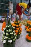 Blume verkauft für das Abwehren des Tempels Stockfotografie