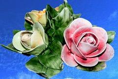 Blume von Keramik auf dem Himmelhintergrund Lizenzfreies Stockfoto