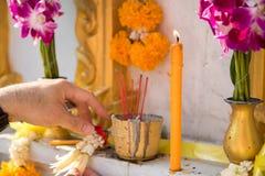 Blume, Weihrauch, Kerze für toten Mann in der Buddhismuskultur Stockfoto