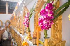 Blume, Weihrauch, Kerze für toten Mann in der Buddhismuskultur Stockbild