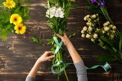 Blumen über hölzernem Hintergrund Von oben Stockfotografie
