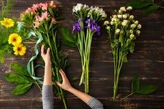 Blumen über hölzernem Hintergrund Von oben Stockbilder