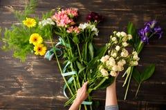 Blumen über hölzernem Hintergrund Von oben Lizenzfreie Stockbilder