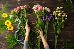 Blumen über hölzernem Hintergrund Von oben Stockfotos