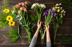Blumen über hölzernem Hintergrund Von oben Lizenzfreie Stockfotos
