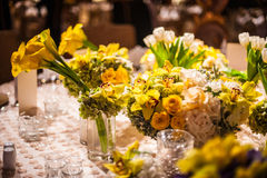 Blumen-Anordnung auf einem eleganten Abendtische Stockfotografie
