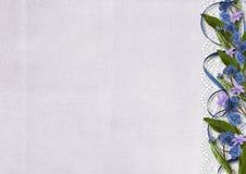 Blumen auf altem Hintergrund - Grenze des Vergissmeinnichts Lizenzfreies Stockfoto