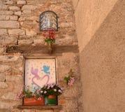 Blumen auf alter Hausmauer Lizenzfreies Stockfoto
