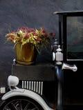 Blumen auf dem Auto Stockbild