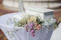 Blumen auf dem Tisch im Freien Detail einer Eleganzfarbbandblume Lizenzfreies Stockfoto
