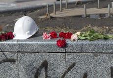 Blumen auf den Barrikaden von Kiew Stockfotos
