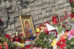 Blumen auf den Barrikaden von Kiew Stockfotografie