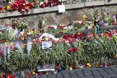 Blumen auf den Barrikaden von Kiew Lizenzfreie Stockfotos