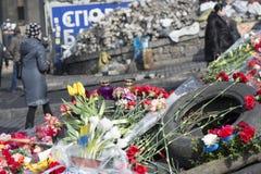 Blumen auf den Barrikaden von Kiew Stockfoto