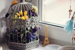 Blumen auf der Fenstergitterretterweichheit Stockfotos