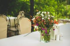 Blumen auf der Tabelle Lizenzfreies Stockbild