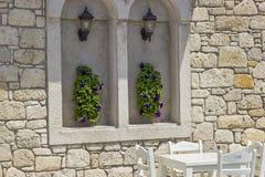 Blumen auf der Wand und der weißen Tabelle Stockbild