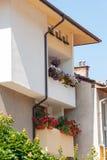 Blumen auf einem Balkon in der Stadt von Smolyan in Bulgarien Lizenzfreie Stockfotografie