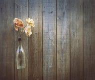 Blumen auf einem Bretterzaunhintergrund, Kopienraum Stockfoto