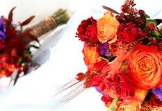 Blumen auf einem Hochzeitskleid Stockbilder