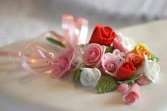 Blumen auf einem Hochzeitskuchen Stockfoto