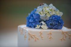 Blumen auf einem Hochzeitskuchen Stockbilder