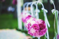 Blumen auf einem Stuhl Stockbild