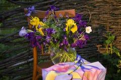 Blumen auf einem Stuhl Lizenzfreies Stockfoto