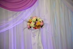 Blumen auf einem Vorhangfall stockfoto