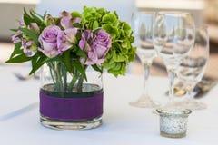 Blumen auf einer Tabelle Lizenzfreies Stockbild