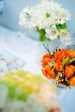 Blumen auf einer Tabelle Lizenzfreies Stockfoto
