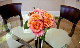 Blumen auf Glastabelle Stockfoto