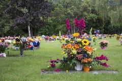 Blumen auf Graveside Lizenzfreie Stockfotografie