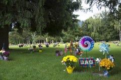 Blumen auf Graveside Stockfotos