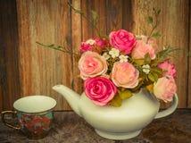 Blumen auf hölzernem rostigem Hintergrund, Weinlesefarbton Lizenzfreies Stockbild