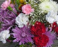 Blumen auf hölzerner Oberfläche Stockfotografie