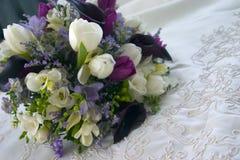 Blumen auf Hochzeits-Kleid Stockfotografie