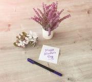 Blumen auf Tabelle Lizenzfreie Stockfotos