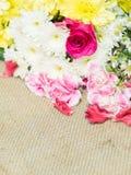 Blumen auf Tabelle der Blumendekorationsanordnung Lizenzfreies Stockfoto