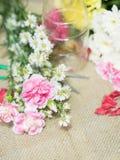 Blumen auf Tabelle der Blumendekorationsanordnung Lizenzfreie Stockfotografie